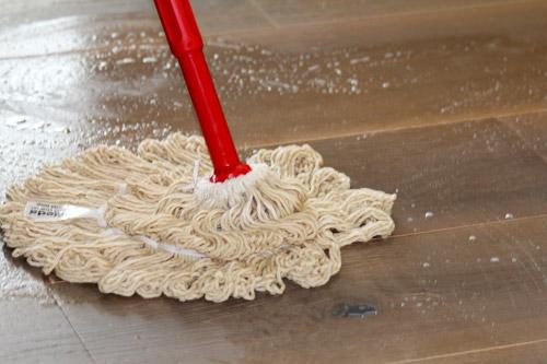 Anwendung WOCA Holzbodenseife mit Swep-Mop