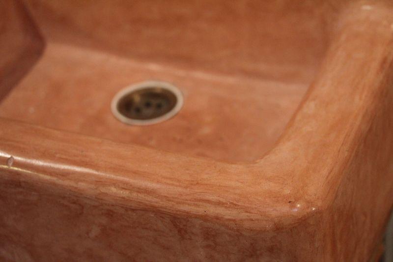 Hätten Sie geahnt, dass dieses Waschbecken mit Kalk verputzt wurde? Mit Tadelakt, einem marokkanischen Kalkputz.